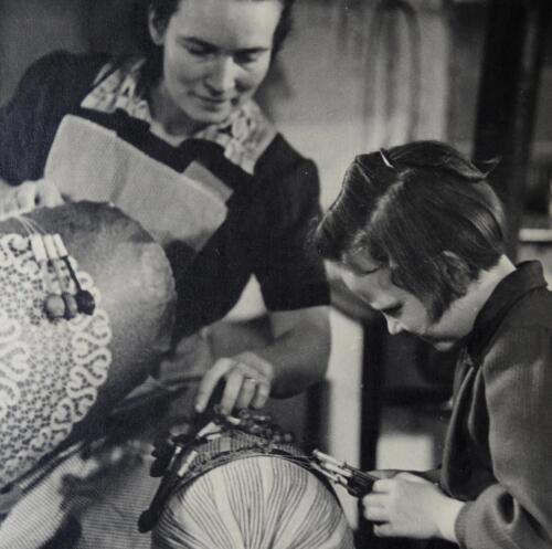 Maminka krajkářka učí dceru paličkovat (40. léta 20. století)