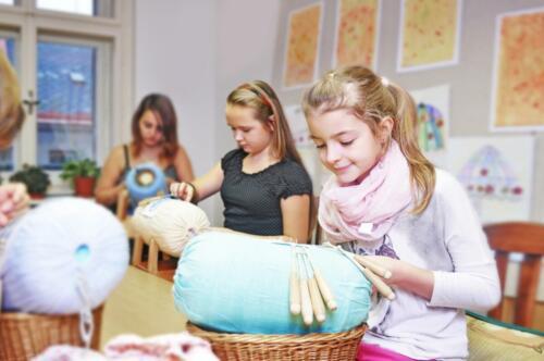 Děti v krajkářské škole ve Vamberku